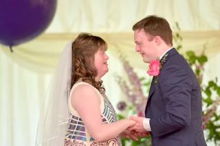 Ο παραμυθένιος γάμος ενός ζευγαριού με σύνδρομο Down αποδεικνύει ότι η αληθινή αγάπη μπορεί να ξεπεράσει κάθε δυσκολία