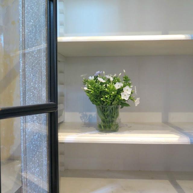 פרח לבן וארון עם דלתות שחורות