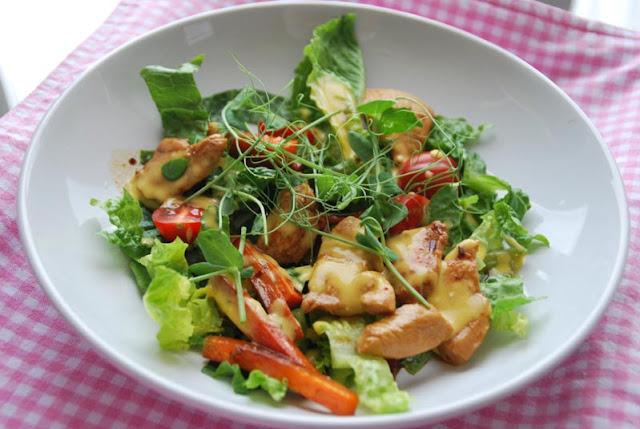 Hähnchen auf Salat mit Ingwer-Mango-Dressing | pastasciutta.de