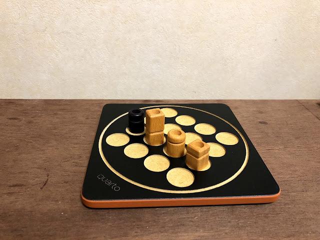Quartominiで穴の有無が同じ4つの駒が一列に並んでいる画像