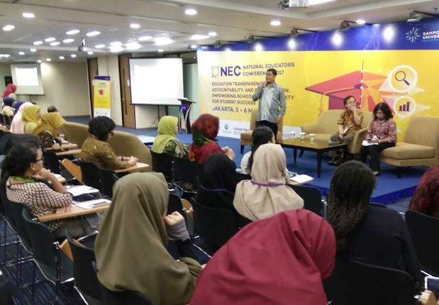 Ruba Nurzaman (berdiri), guru MTs Al Mukhtariyah Bandung Barat, saat memaparkan pengalaman madrasahnya meningkatkan mutu pembelajaran di kelas, pada acara NEC 2017.
