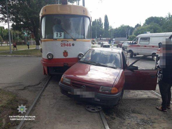 Зіштовхнулися трамвай та іномарка