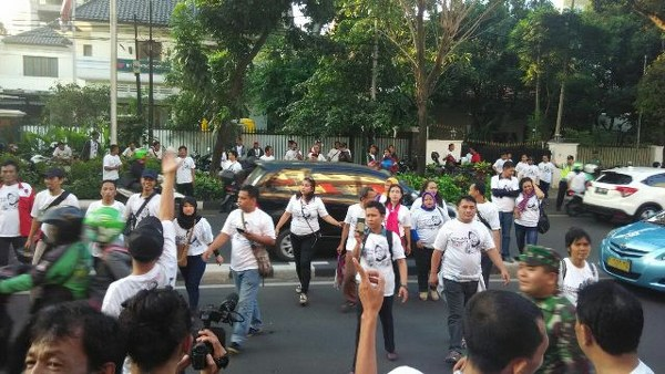 Relawan pendukung Walikota Surabaya Tri Rismaharini