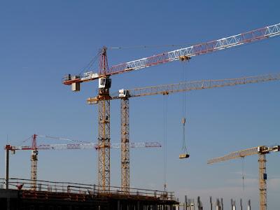 Menyewa Tower Crane untuk Pembangunan Gedung Bertingkat