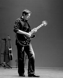 Tập guitar với tư thế đứng