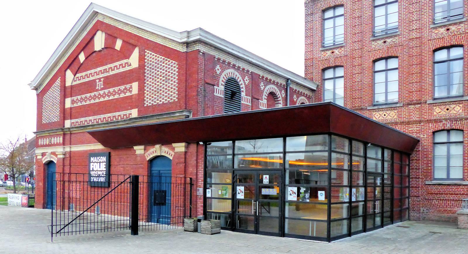 Le Hall d'entrée de la salle de spectacle et la salle elle-même en arrière plan