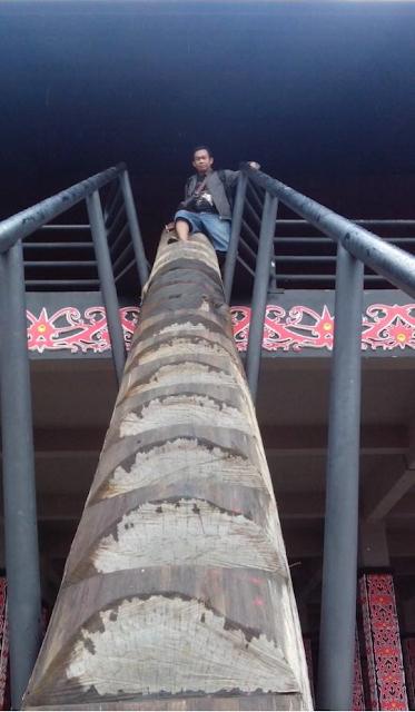 Tangga Rumah Radakng yang terbuat dari kayu bulat ditakik