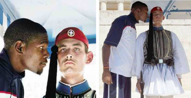 Ο αστέρας του μπάσκετ Κέβιν Ντουράντ ποζάρει προσβλητικά δίπλα στον Εύζωνα του Αγνώστου Στρατιώτη