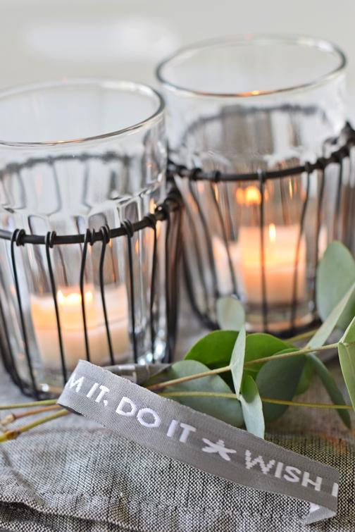 Kerzengläser im Drahtkorb