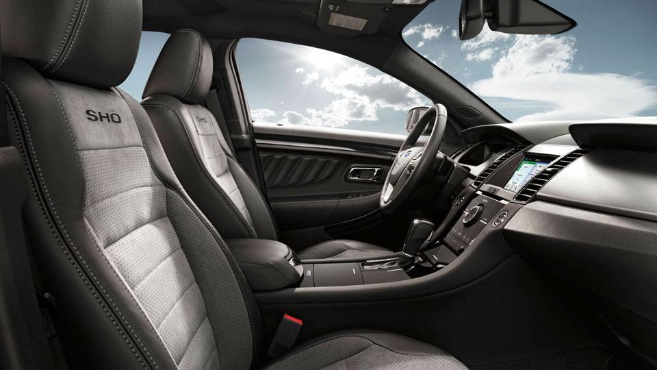 Khoang lái của Ford Taurus 2016 khá đơn giản nếu không muốn nói là đơn điệu