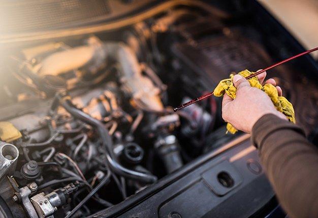 memeriksa kondisi oli mobil saat memebeli mobil bekas