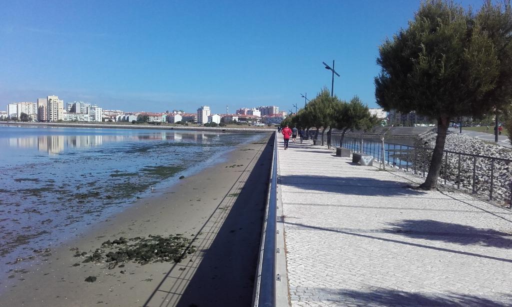 Marginal ao lado do Parque Recreativo da cidade do Barreiro.