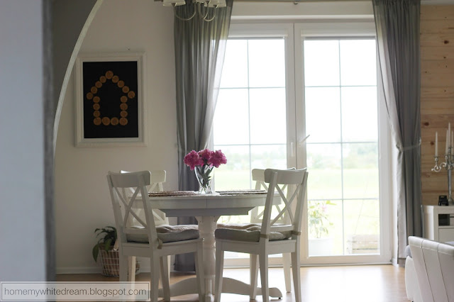 obraz 3D, obraz z drewnianych talarków, biały salon, piwonie, salon Hemnes, biały stół, białe krzesła,
