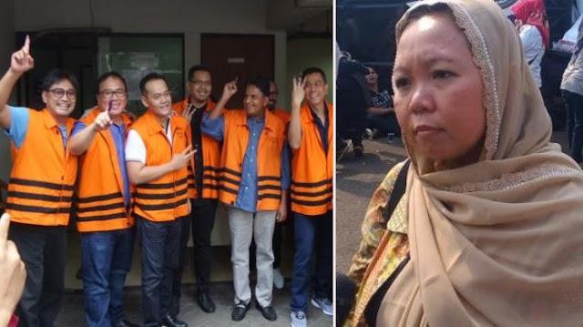 Komentari Foto Tahanan KPK, Putri Gus Dur Bingung : Kok Nggak Ada Penyesalan Ya?