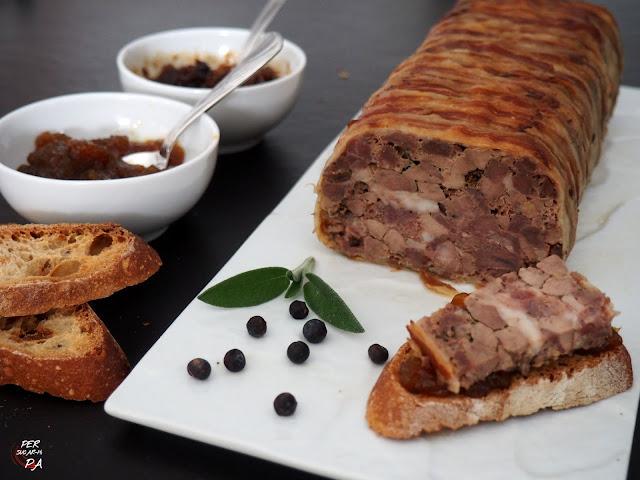 Terrina provenzal de cerdo, hierbas aromáticas (salvia), especias (enebro) y forrada de bacon.