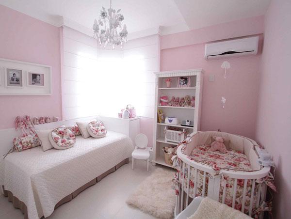 Clássico este quarto de bebê rosa com base branca e acessórios em tecido floral.