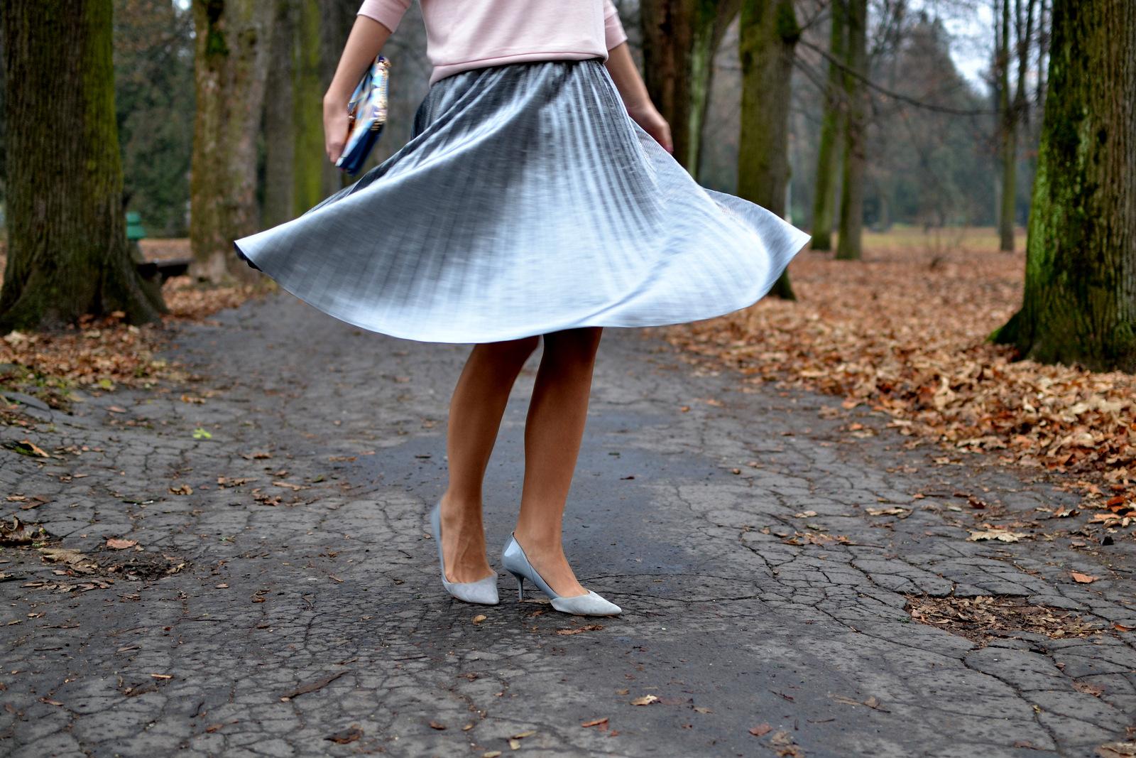 ako nosiť metalickú plisovanú sukňu a vyzerať štýlovo aj cez bežný pracovný deň // how to wear metallic pleated skirt