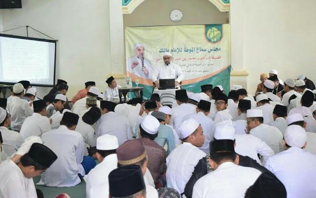 Ulama Saudi: Sarungnya Santri Indonesia itu Sunnah, Karena Rasulullah juga Pakai Sarung