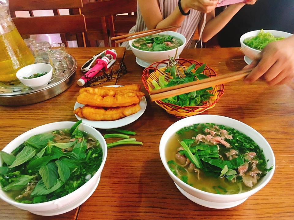 Quán phở gần khách tại Nha Trang, tên gì không nhớ chỉ nhớ mỗi đường Trần Phú giá 45.000 đồng/tô