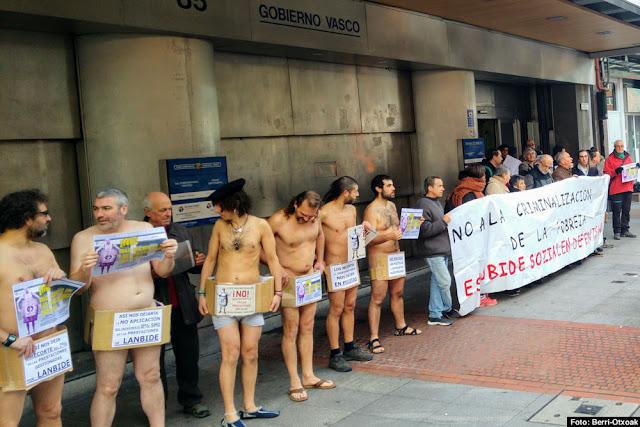 Protestan desnudos porque el Gobierno Vasco no aplicará el aumento del SMI a la RGI