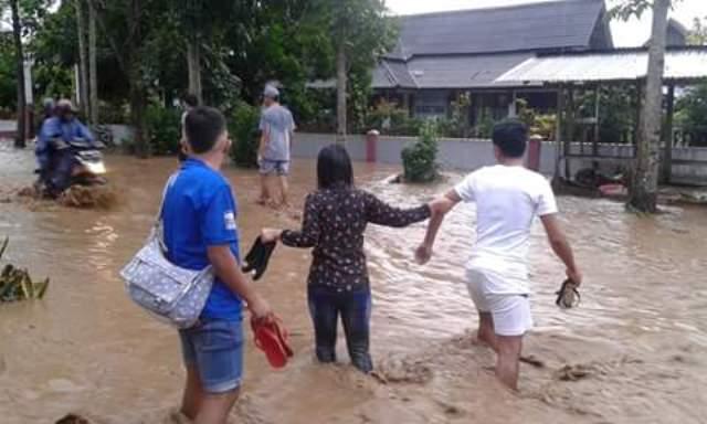 Foto wanita di banjir manado 69