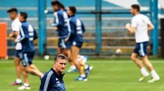 La Selección argentina cuenta con varios de los mejores futbolistas del planeta, pero su nivel cuando se ponen la celeste y blanca no es el mejor. Tras la derrota con Paraguay como local que compromete el puesto de Repechaje, la gente se hartó y despidió al equipo con silbidos.