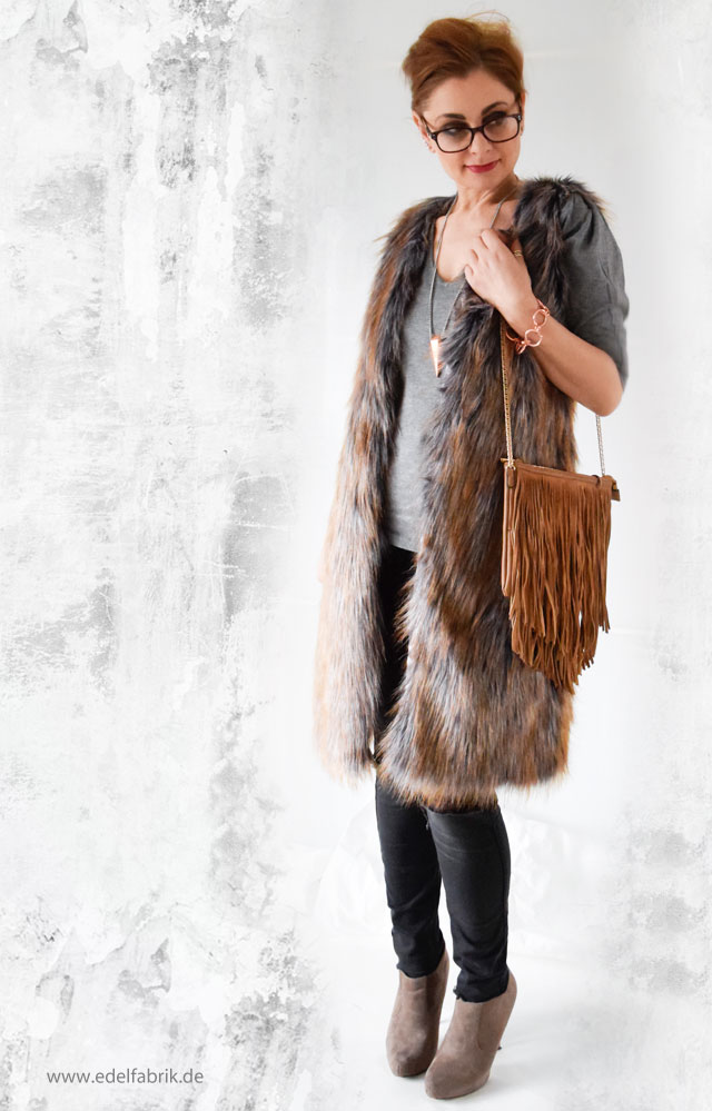Outfit mit langer Fellweste in Grau und Braun