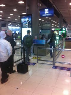 Grenzkontrolle bei der Einreise am internationalen Flughafen Suvarnabhumi in Bangkok