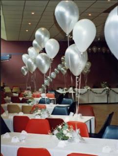 ideas para decorar sillas y mesas con globos inflados con helio