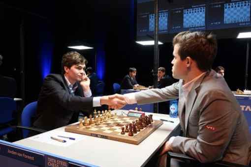 Pour sa première partie contre le champion du monde Magnus Carlsen, le jeune grand maître d'échecs néerlandais Jorden Van Foreest (18 ans, 2612 Elo) lui a rejoué la ligne de la Sveshnikov de Fabiano Caruana - Photo © Fiona Steil-Antoni