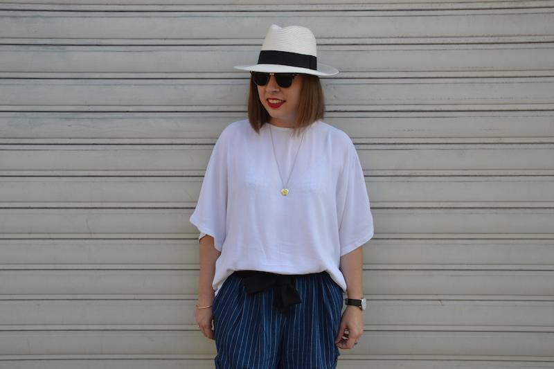 panama , blouse blanche H&M, clubmaste et short en coton rayé H&M