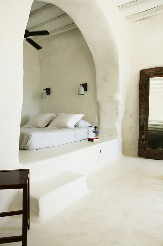 Bed in an alcove | Private house in Tinos. Photo by Yiorgos Kordakis via Yatzer