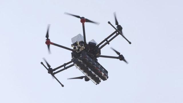 Drone σε χαμηλή πτήση πάνω από στρατόπεδο