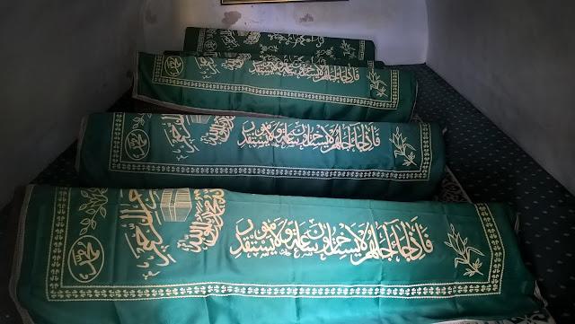 Aşıklı Sultan (Ayağı Yanık) Türbesinde bulunan sandukalar.