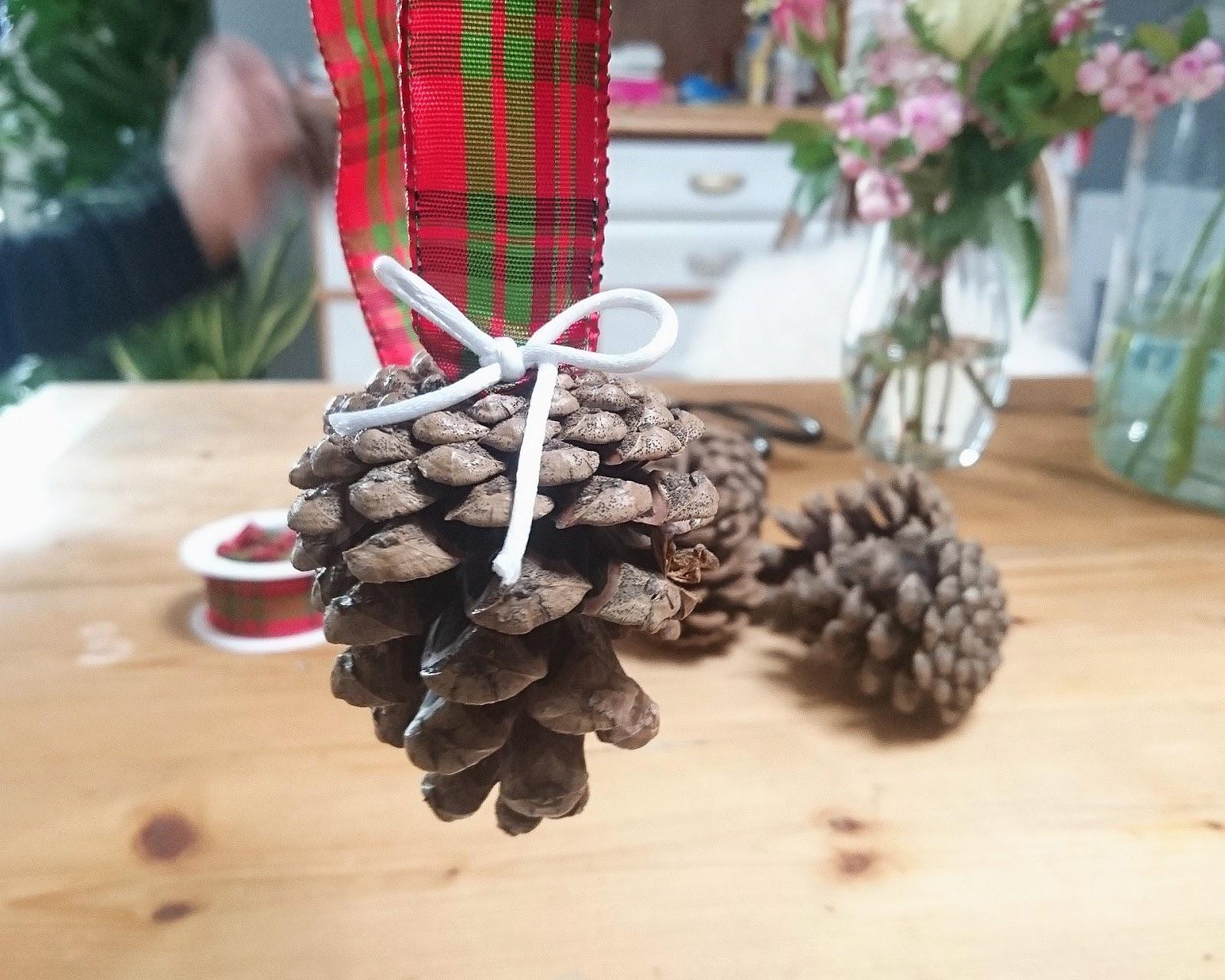 Eine Traube aus Tannenzapfen | Schnelles und einfaches DIY #herbstdeko #weihnachtsdeko #bastelnmitkindern | judetta.de