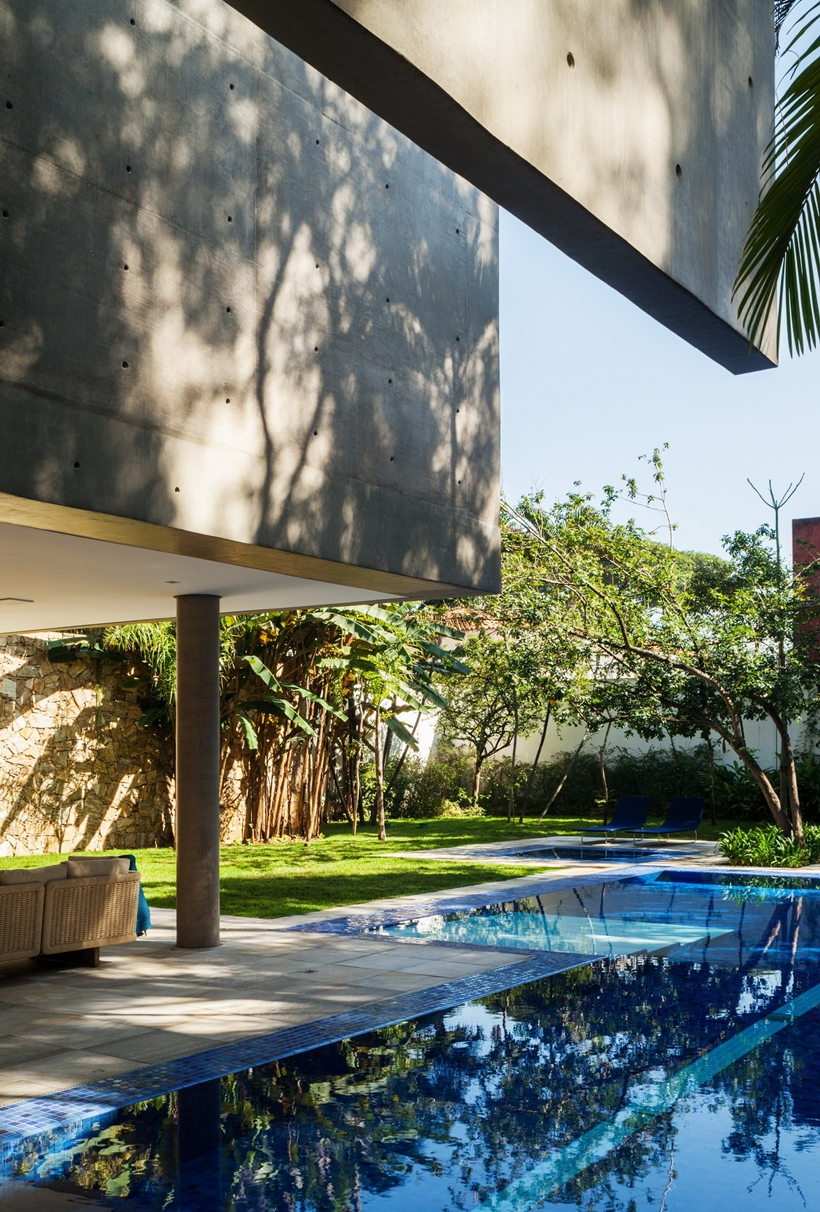 Swimming pool in Refreshing Brazilian Home by Reinach Mendonça Arquitetos Associados