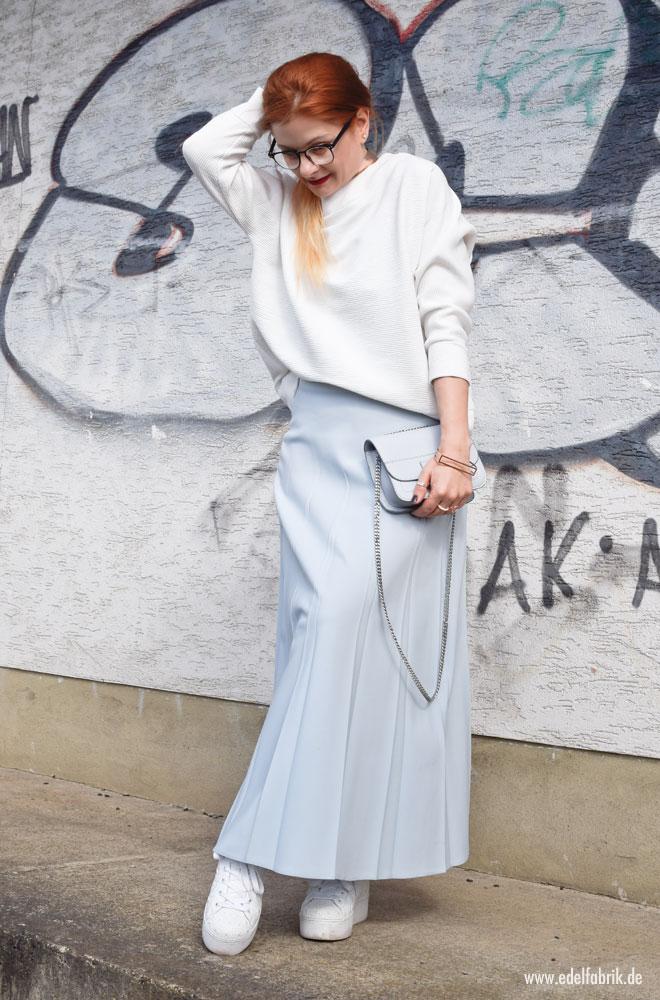 Look mit Maxirock in Hellblau und Weiß