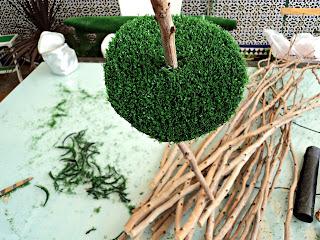 centro-mesa-árboles-encajando-césped