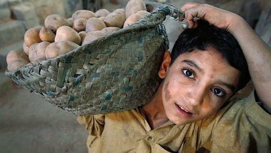 a1c3bbd039d Partout dans le monde entier il y a des enfants qui travail dans les usines  .les mines .dans le batiment  ou encore comme employés de maison des enfants  ...
