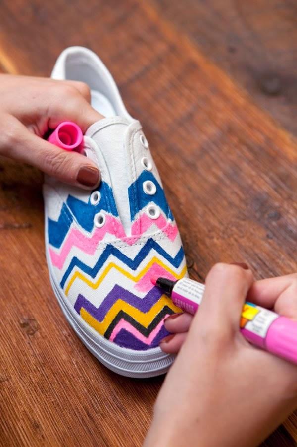 Tênis customizado com canetinhas ou tinta para tecido