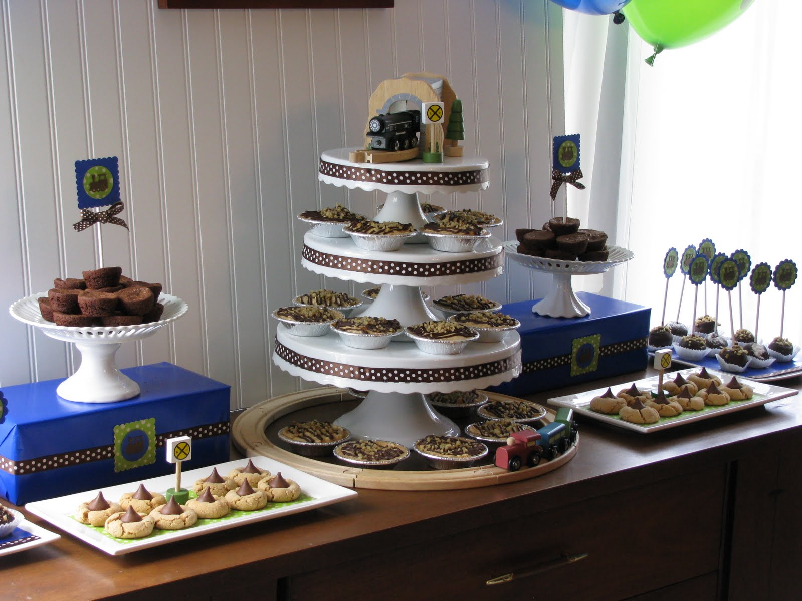 Sheek Shindigs A Train Themed Baby Shower Dessert Table