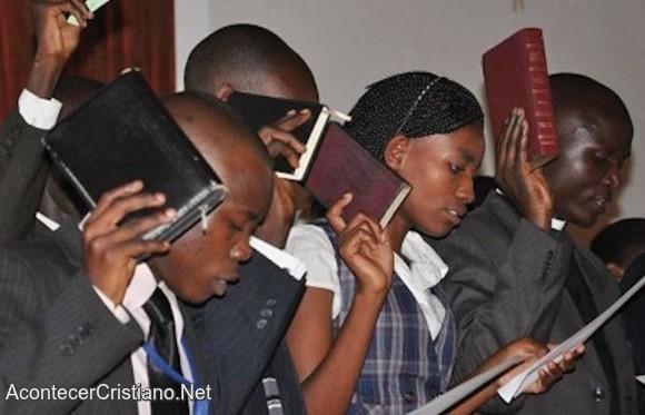 Cristianos de Uganda en iglesia