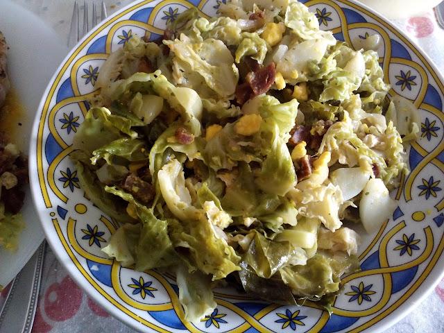 repollo picudo con ajo, chorizo y huevo cocido.