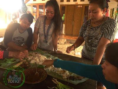 FOTO 5 : Makan nasi liwet bersama tetangga
