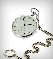 Eski antika ve zincirli olan köstekli bir saat