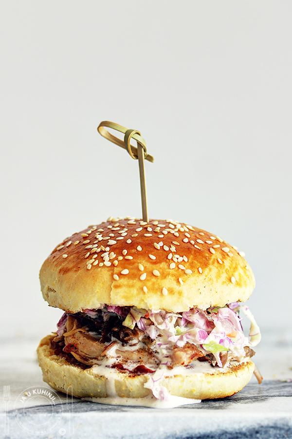 Coleslaw salata u hamburger pecivu sa drpanim prasetom