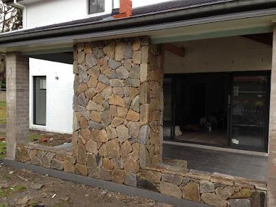 Jasa Tukang taman surabaya Dinding Belakang Rumah Batu Alam