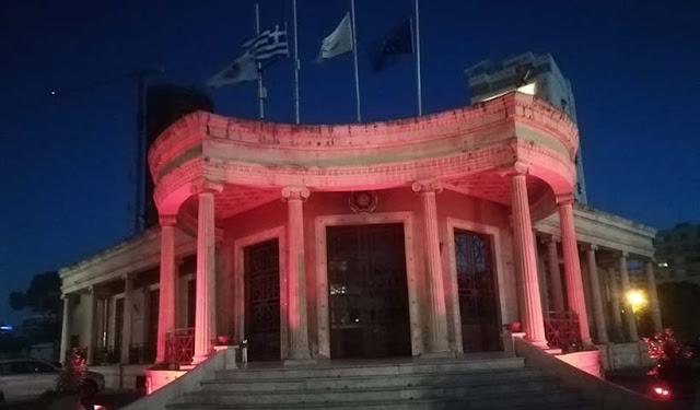 Με κόκκινο χρώμα το Δημαρχείο της Λευκωσίας για τα 100 χρόνια από τη Γενοκτονία των Ποντίων