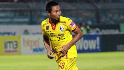 Biografi Muhammad Ridwan     Muhammad Ridwan (lahir di Semarang, 8 Juli 1980; umur 30 tahun) adalah seorang pemain sepak bola Indonesia. Ia dapat bermain dalam posisi bek maupun gelandang.Klub nya saat ini adalah Sriwijaya FC pada musim kompetisi 2010/2011.  Muhammad Ridwan atau yang biasa dipanggil M Ridwan merupakan salah satu pemain yang dibawa Alfred Riedl untuk membela Timnas Indonesia di Piala AFF 2010. Pemain yang berposisi sebagai sayap kanan ini memiliki kecepatan dan skill yang bagus, sehingga dirinya selalu dipercaya untuk mengisi posisi sayap kanan oleh Riedl. Pemain kelahiran Semarang, 8 Juli 1980 silam turut menyumbang pundi-pundi gol Timnas Indonesia di Piala AFF. Muhammad Ridwan memulai karirnya di dunia sepakbola tahun 1999 di klub PSIS Semarang, dan kini Ridwan membela klub asal Palembang yaitu Sriwijaya FC. Mungkin anda belum mengetahui Profil Pemain dan biodata dari M Ridwan, kami akan memberikan Profil dan Biodata lengkap dari pemain sayap Timnas Indonesia ini. Berikut Profile dan Biografi lengkap dari Muhammad Ridwan  Klub  Klub saat ini Sriwijaya FC  Karir junior  PSIS Semarang  Karir Senior   1999-2002 PSIS Semarang  2002-2003 Pelita Jaya Purwakarta  2003-2004 Persegi Gianyar  2004-2008 PSIS Semarang  2008-2010 Pelita Jaya Purwakarta  2010- Sriwijaya FC  Tim Nasional