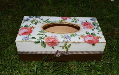 Chustecznik drewniany oraz szkatułka.